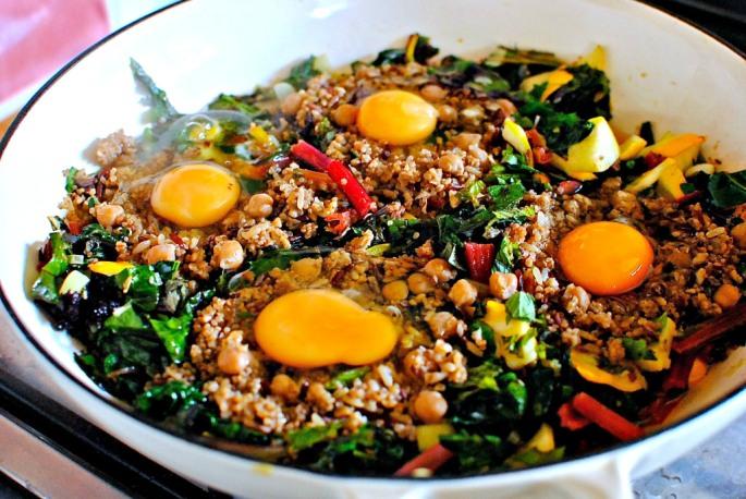 making green shakshuka with quinoa